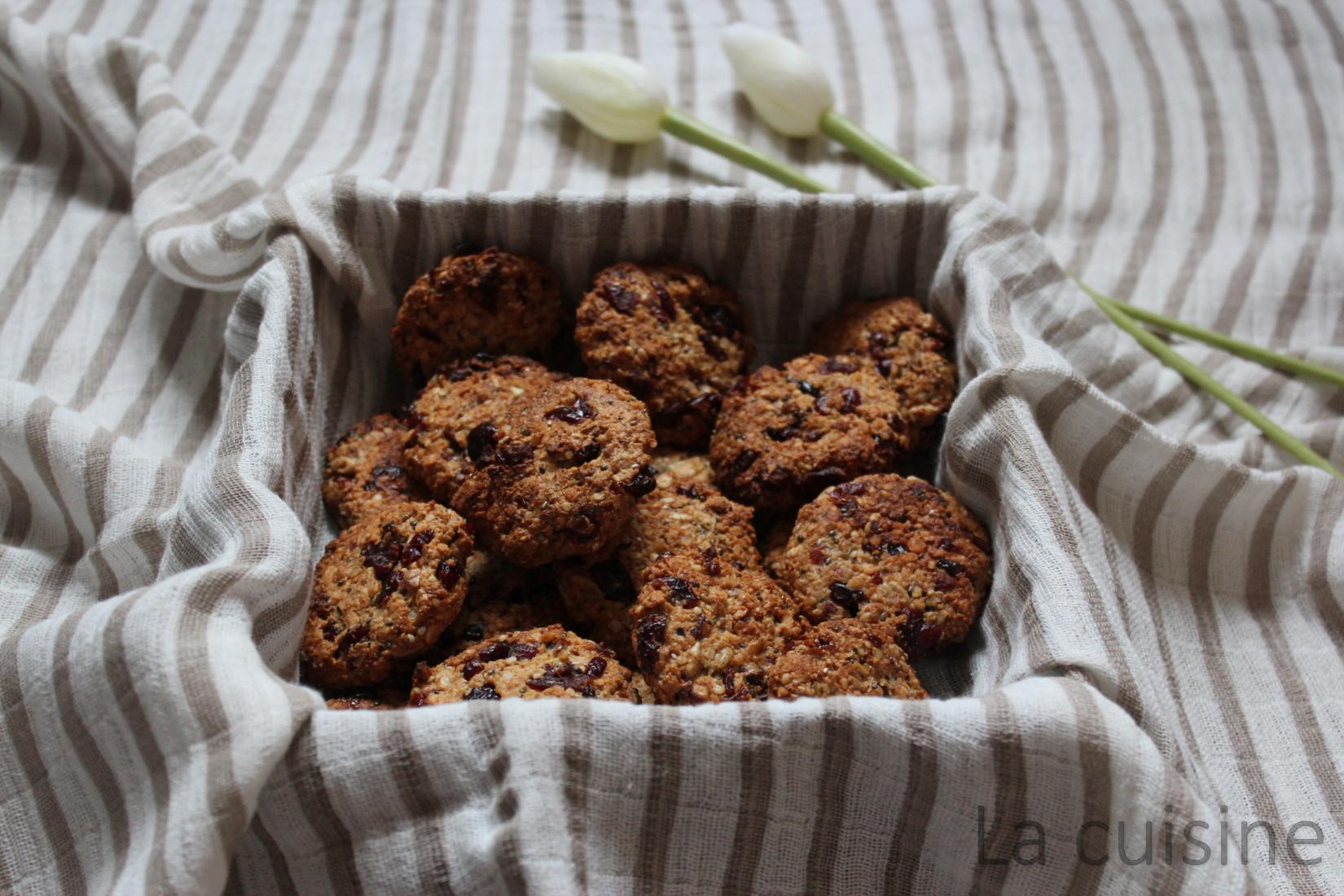 Овесени бисквити с червени боровинки и семена