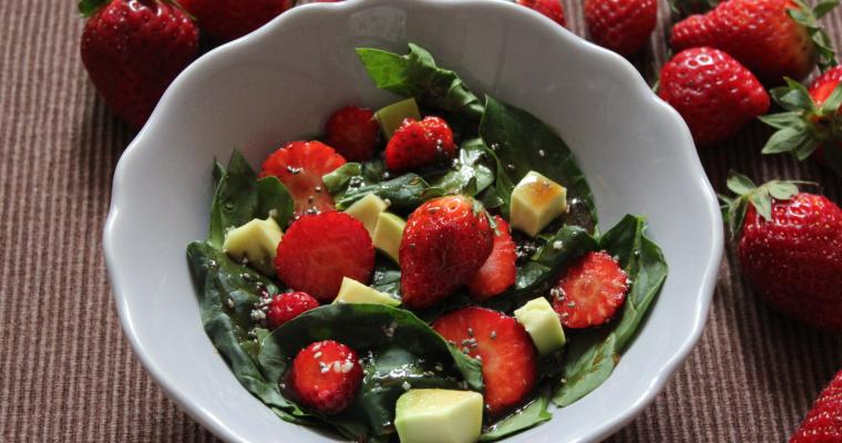 Спаначена салата с ягоди и авокадо