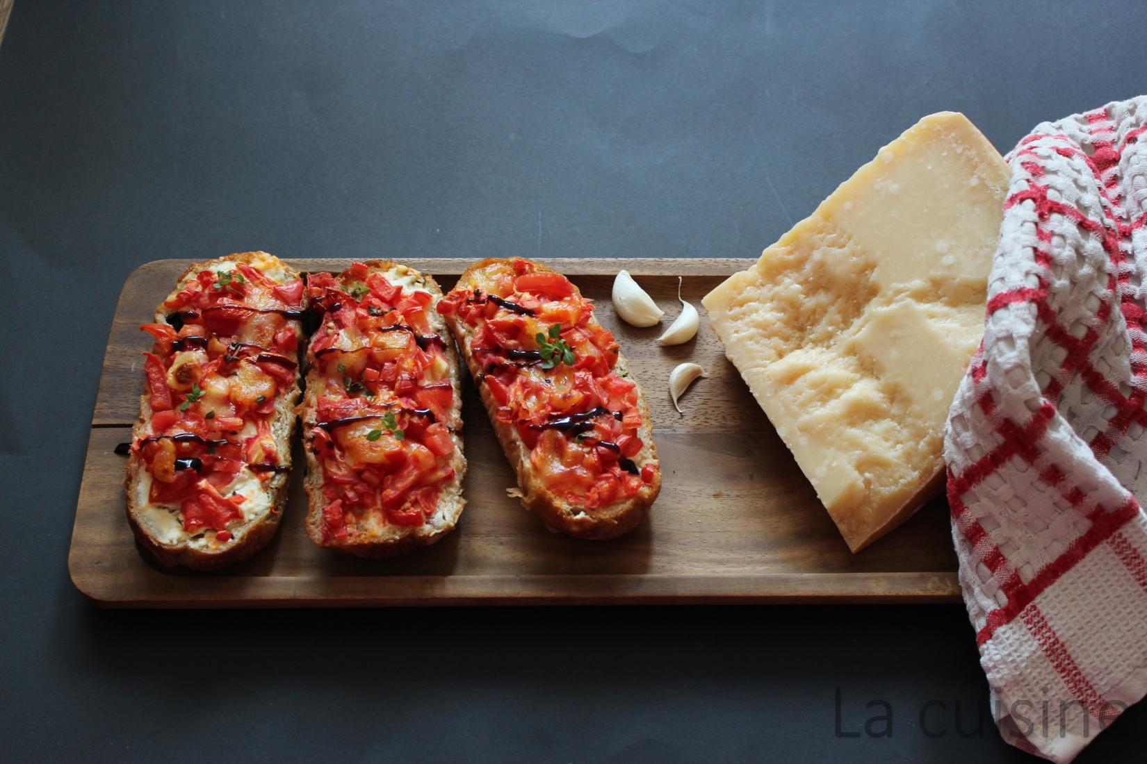 Брускети с домати, фета сирене и моцарела
